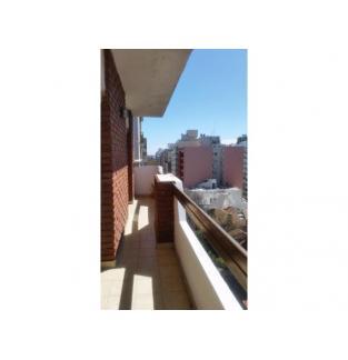 Dueña alquila 3 ambientes a la calle, 8º piso, vereda de sol, con cochera. Falucho casi Santa Fe.